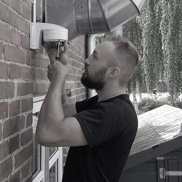 Sune er en autoriseret elinstallatør, her installerer han er overvågningskamera.