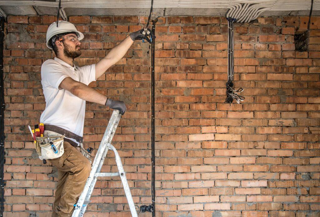 Fræse ledninger ind i væggen selv eller lade elektrikeren klare jobbet