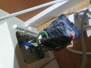 Kortslutning i stikkontakt, el-tavle, lampeudtag eller anden el-installation. Læs her hvad du bør gøre & hvilke sikkerhedsforanstaltninger du bør tage