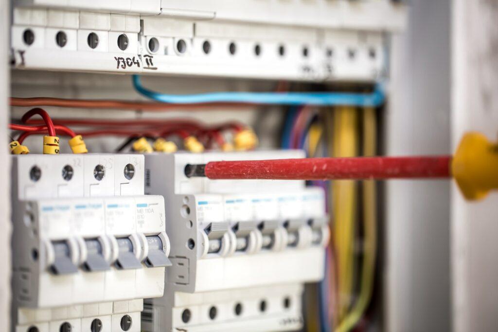 Elektriker aften - Har du brug for en akut elektriker en sen aften med døgnvagt så kan Autoriseret elektriker hjælpe dig på hele Sjælland